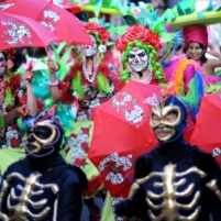 2010-Nottingham-mandinga-arts-procession-palenquera-and-skeletons